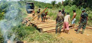 Permudah Akses Warga Perbatasan, Satgas Yonif 407/PK Bersama Warga Perbaiki Jembatan