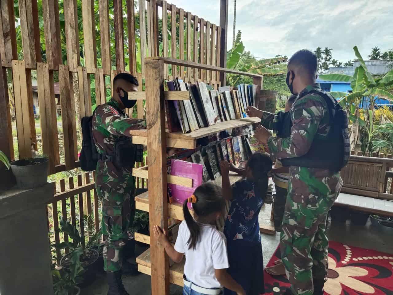Dukung Pendidikan Anak Perbatasan RI-PNG, Satgas Yonif Raider 100/PS Sumbangkan Buku Pelajaran