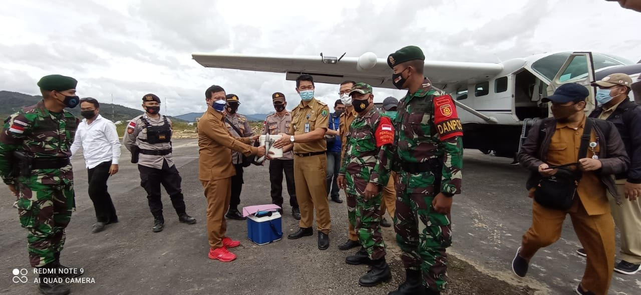 Satgas Yonarhanud 16/SBC Kawal Distribusi Vaksin Sinovac di Perbatasan RI-Malaysia