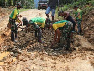 Satgas Yonarhanud 16 Bersama Warga Perbaiki Jalan Desa Sekaduyan Taka