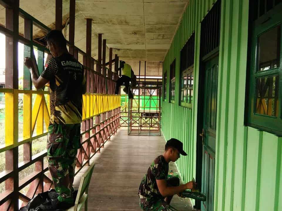 Peduli dengan Pendidikan, Satgas Yonif 756/WMS Renovasi Bangunan Sekolah
