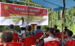 Pamit Pulang, Satgas 413 Kostrad Terima Penyerahan Senjata Dari Kepala Suku Kampung Kufu