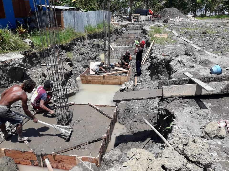 Babinsa 1709/Yawa Bantu Percepat Pembangunan Gereja di Yapen Waropen