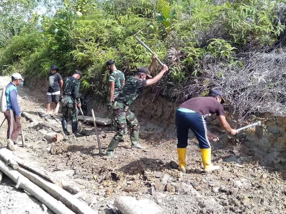 Perlancar Akses Transportasi, Satgas Yonif 407 Bersama Warga Perbaiki Jalan Desa Nanga Bayan