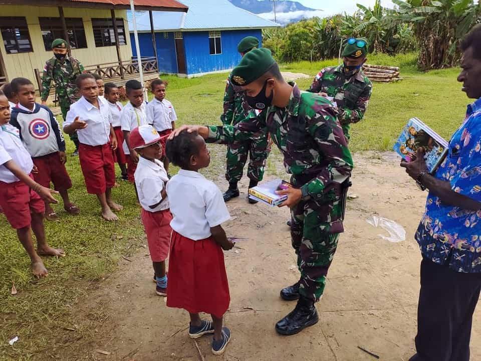 Satgas Yonif Para Raider 432 Kostrad Bangkitkan Semangat Belajar Anak-Anak Papua