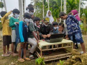 Satgas Yonif 413 Kostrad Ajarkan Ilmu Komputer Anak-anak Kampung Skouw Sae