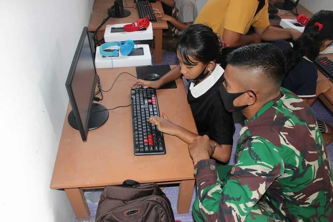 Bekali Ilmu IT, Satgas Yonif 407/PK Ajarkan Praktek Komputer Murid SD Di Perbatasan