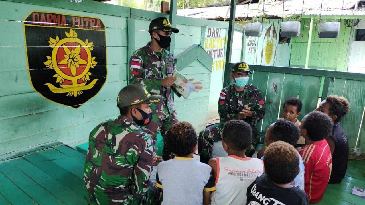 Isi Waktu Luang, Anak Kampung Nafri Belajar di Pos Satgas Yonif MR 413 Kostrad