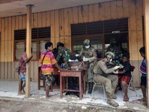 Sinergitas Untuk Rakyat, Satgas Pamrahwan Yonif 756/WMS Pengobatan Gratis