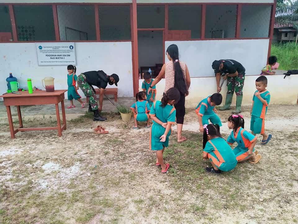 Satgas Yonif 642 Ajak Anak PAUD Perbatasan Bersihkan Lingkungan Sekolah