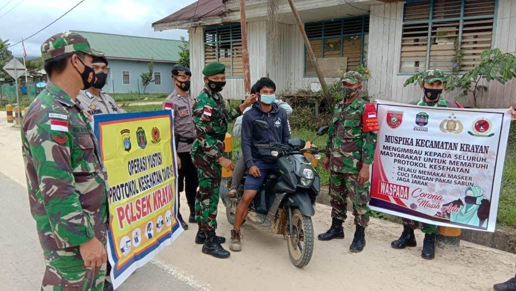 Razia Prokes Simpatik, Satgas Yonarhanud 16 Cegah Penyebaran Covid-19 di Perbatasan