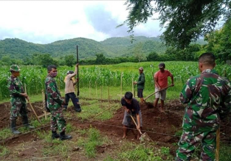 Wujudkan Keamanan Lingkungan, Personel TNI dan Masyarakat Bangun Pos Terpadu Koramil Monta