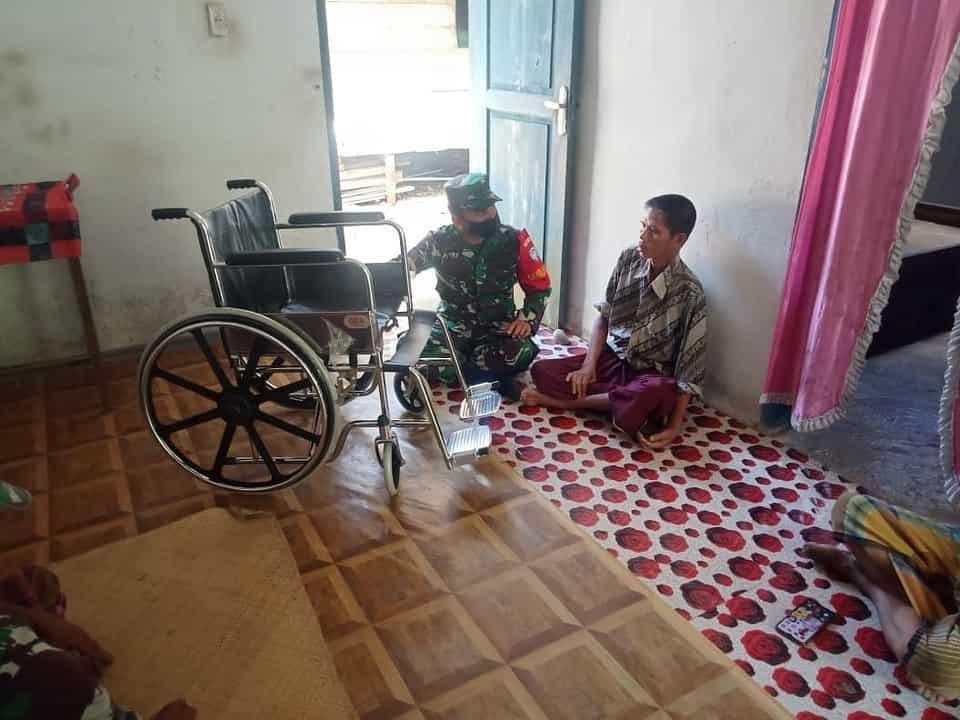 Sisihkan Gaji, Danramil dan Babinsa Sungai Mas Sumbangkan Kursi Roda Untuk Bapak Bahagia