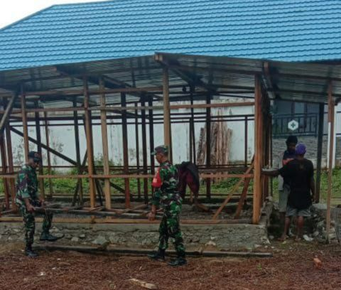 Babinsa Koramil Tiom Bantu Pembangunan Rumah Elianus Yigibalom