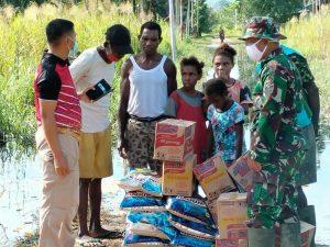 Babinsa Kodim 1701/Jayapura Salurkan Bantuan Korban Banjir Distrik Muara Tami