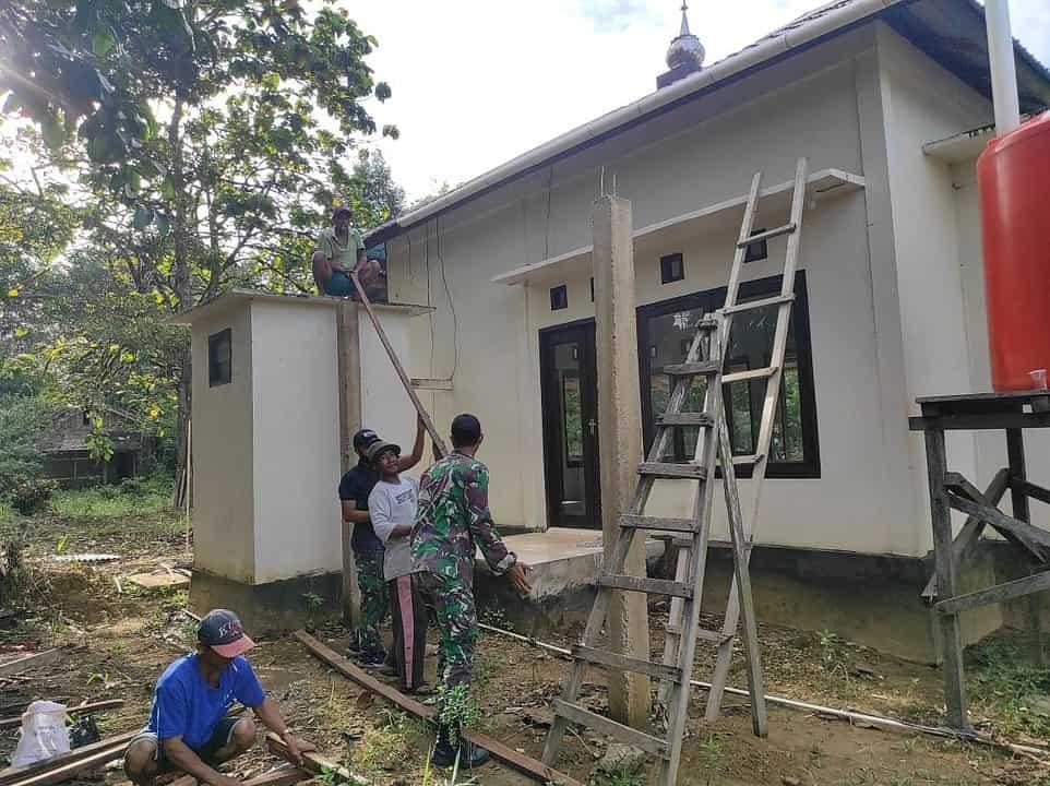 Kompak Dengan Warga, Satgas Yonif 642/Kps Karya Bakti Rahab Surau