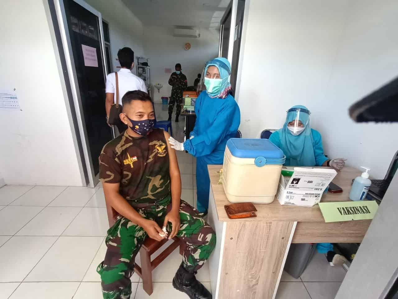 Ikuti Vaksinasi, Satgas Yonif 312 Dukung Pencegahan Penyebaran Covid-19 di Perbatasan