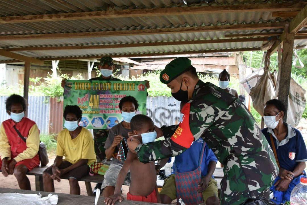 Korem 174 Merauke Bagikan Ribuan Masker Gratis Dan Gelar Sosialisasi Protokol Kesehatan Covid -19