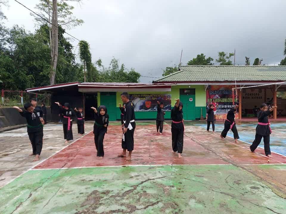 Bentuk Karakter Generasi Muda Perbatasan, Satgas Yonif 642 Gelar Latihan Pencak Silat