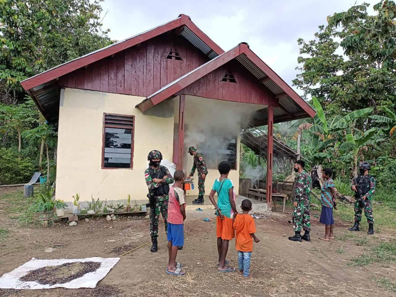 Cegah Penyebaran Malaria, Pos Bompay Satgas Yonif 312/KH Fogging Rumah Warga Perbatasan