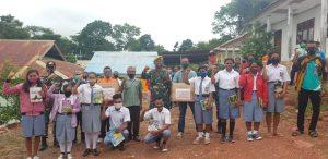 Satgas Yonarmed 3/105 Tarik Berikan Bantuan Buku Bacaan Di Sekolah Perbatasan