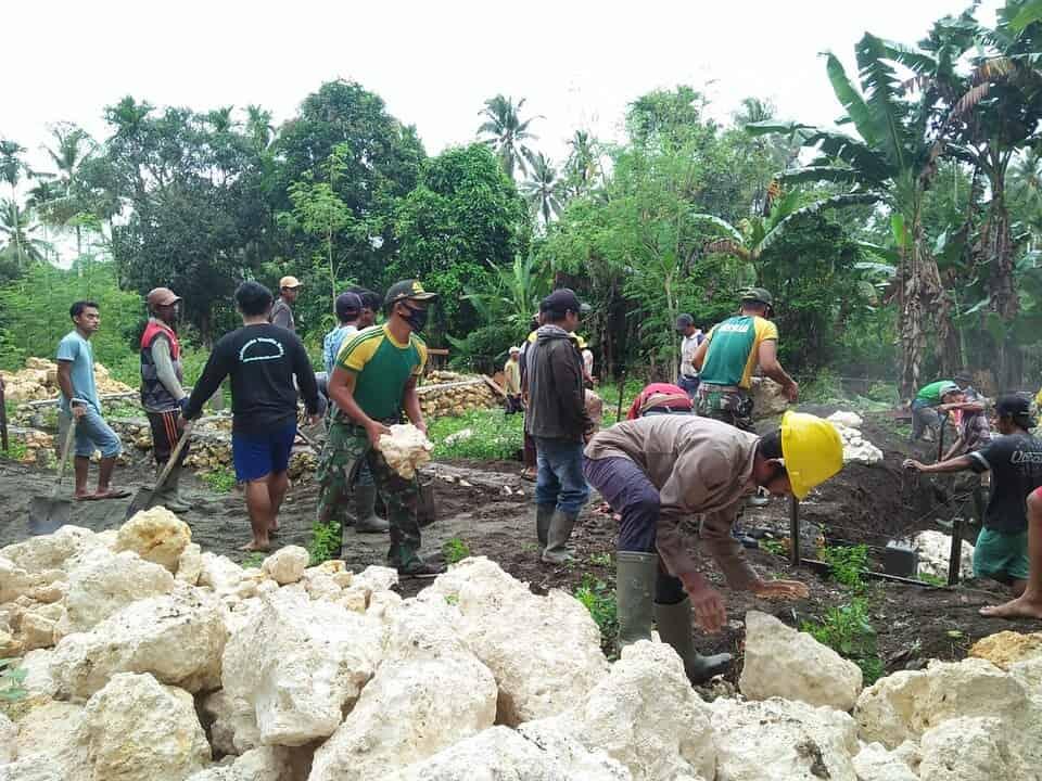 Satgas Yonif MR 413 Bangun Asrama Ponpes di Papua