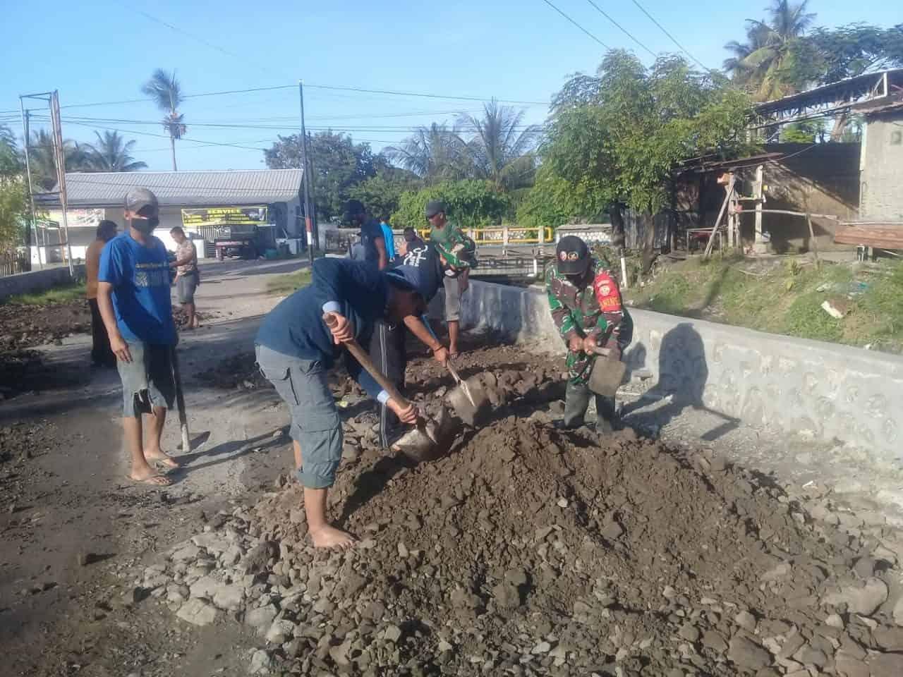 Gotong Royong, Babinsa dan Warga Perbaiki Jalan Desa Maluk