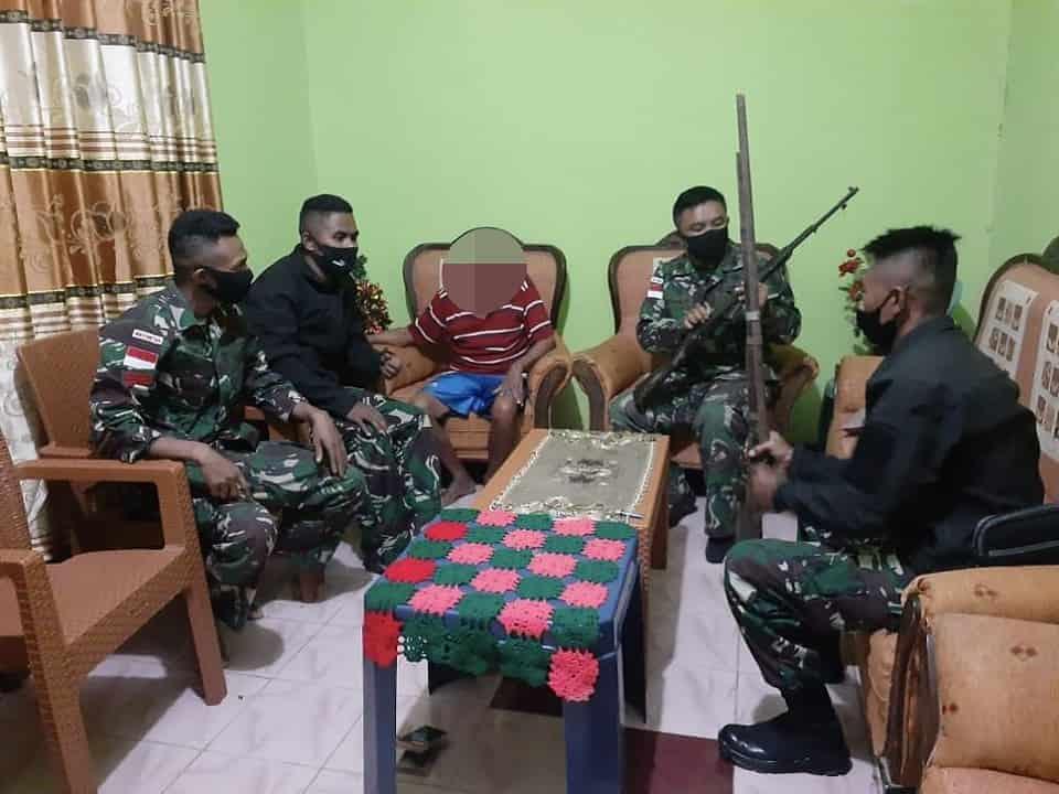 Eks Pejuang Timor Timur Serahkan 2 Pucuk Senpi Kepada Satgas Yonif RK 744