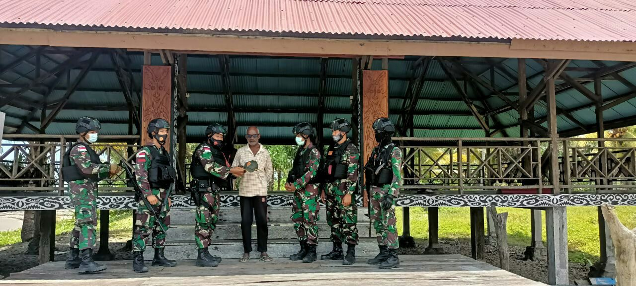 Personel Satgas Yonif 131/Brs Jalin Silaturahmi Dengan Tokoh Adat Papua