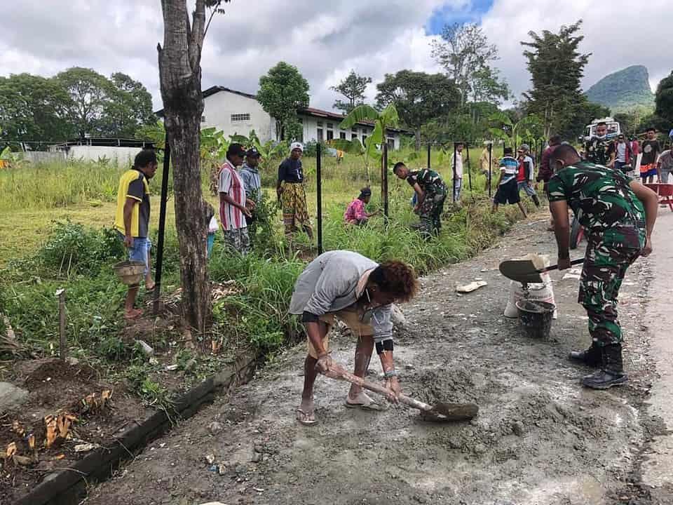 Satgas Yonarmed 6/3 Bersama Warga Buat Pagar Gereja St. Maria di Kampung Eben