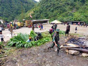 Pererat Silaturahmi, Satgas Yonif 756 Bersama Warga Gelar Bakar Batu