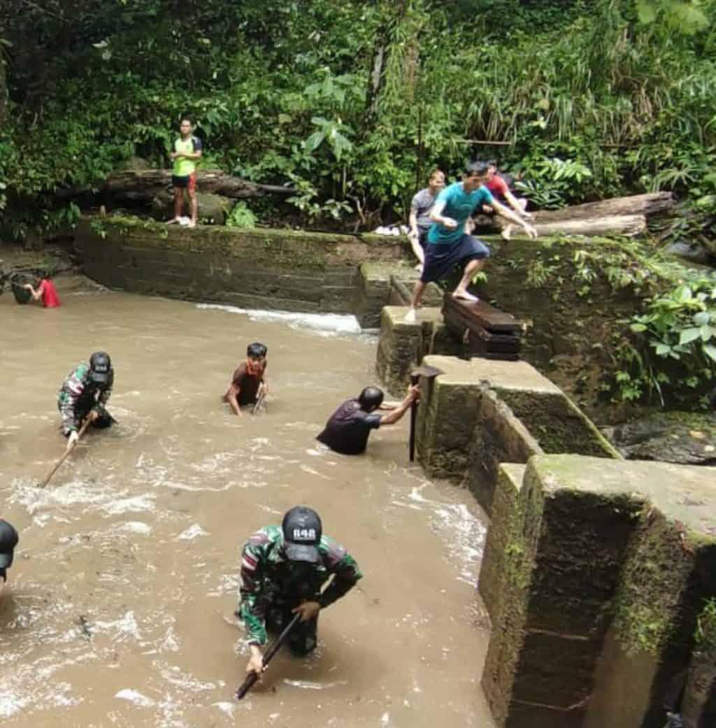 Karya Bakti Satgas Yonif 642/Kps Bersama Warga Dusun Gunjemak Bersihkan Bendungan.