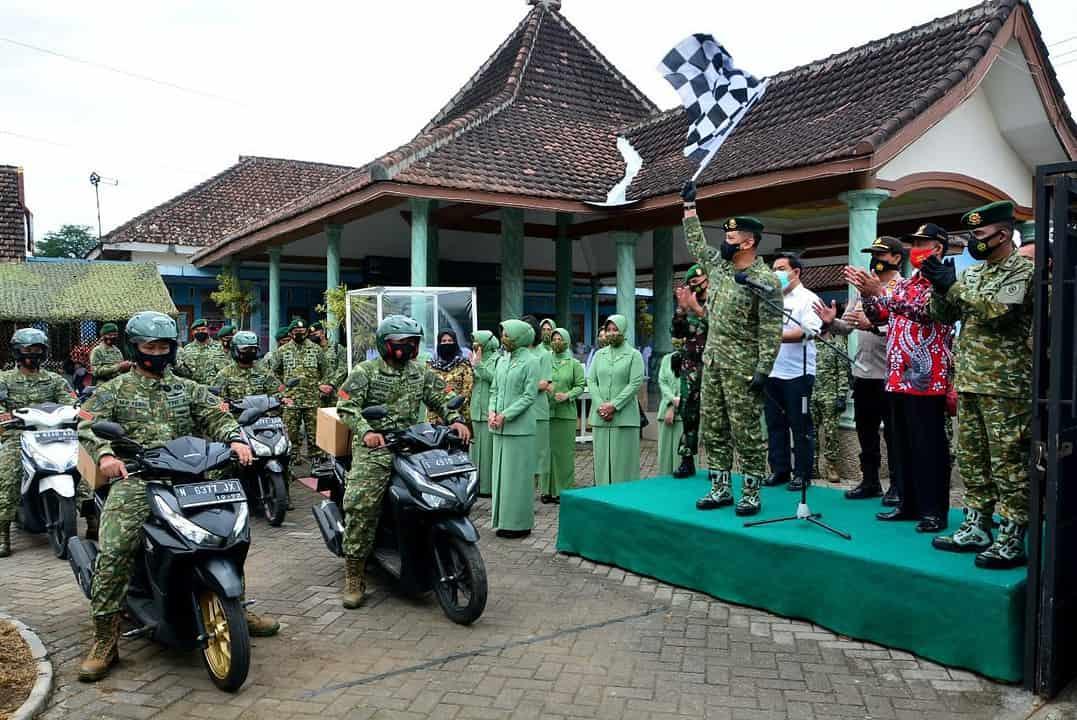 Dalam Rangka HUT Kostrad Ke-60, Pangdivif 2 Kostrad Bagikan Paket Sembako Kepada Mayarakat Desa Sidomulyo