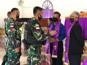 Dekatkan Diri Dengan Warga, Satgas Yonif 131 Kunjungi Gereja Bethlehem di Kampung Sanggaria