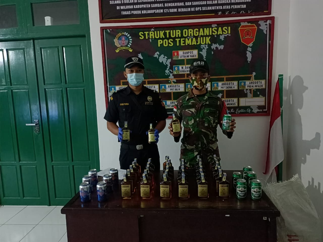 Satgas Yonif 642 Amankan 10 PMI Non Prosedural dan Puluhan Botol Miras