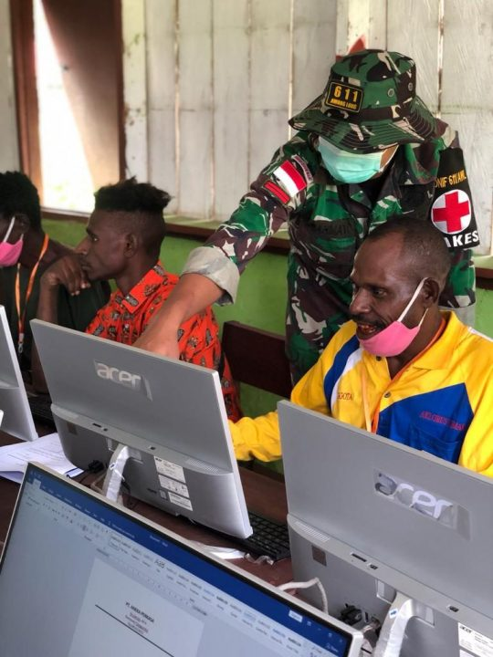 Satgas Yonif 611 Berbagi Ilmu Komputer Kepada Pemuda Kampung Sota