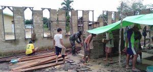 Satgas Pamtas Yonif 407/PK Bersama Warga Gotong Royong Bangun Gereja Gerea