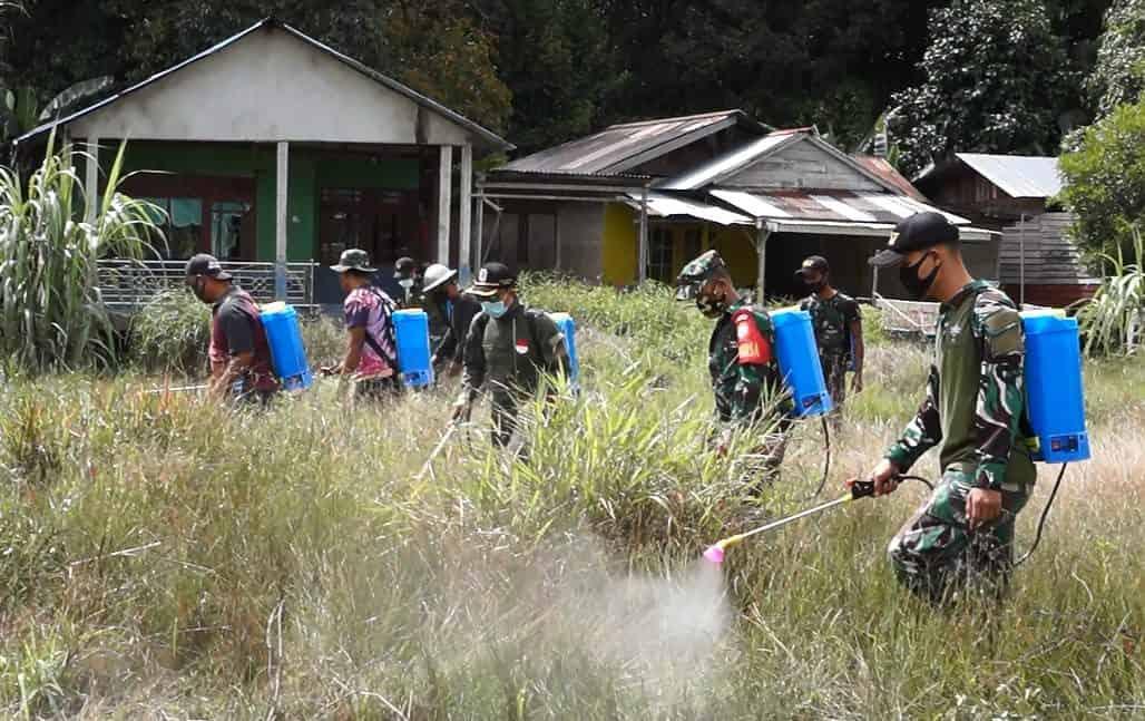 Satgas Yonif 407 Bersihkan Lapangan Sepak Bola Desa Badau