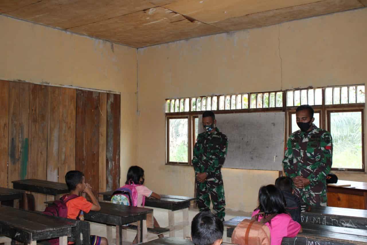 Peduli Pendidikan, Satgas Yonif 407 Bantu Mengajar di SD Perbatasan