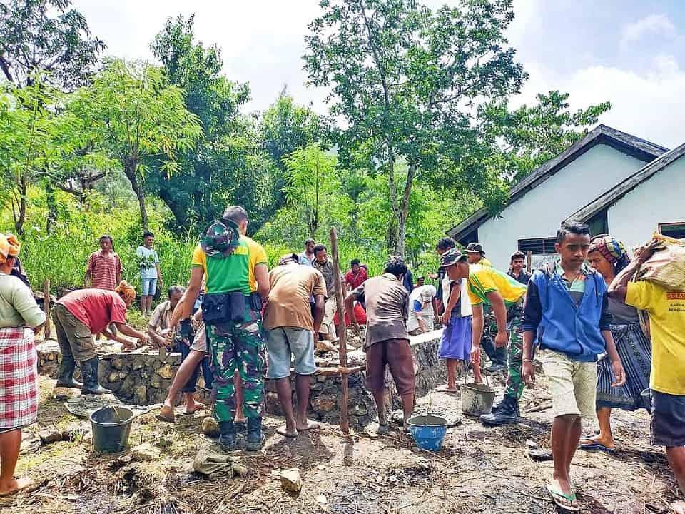 Satgas Yonarmed 6/3 Bersama Warga Gotong Royong Bangun Gereja