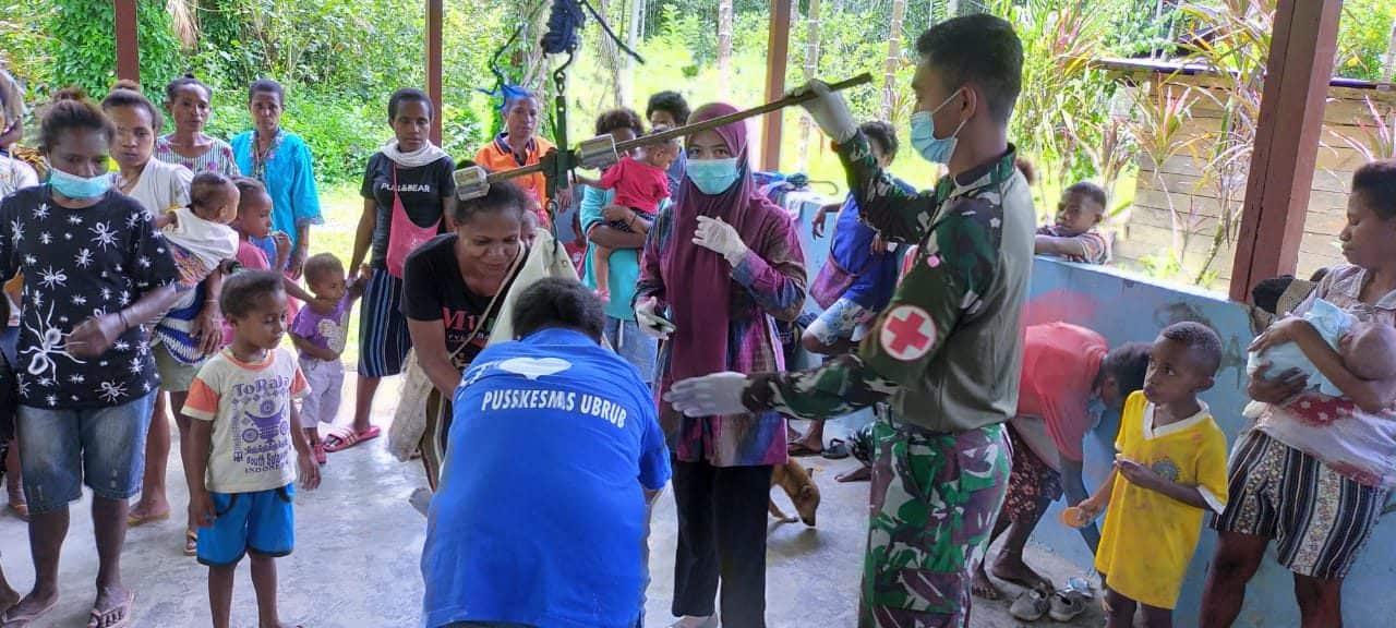 Gelar Posyandu, Satgas Yonif 403 Jaga Kesehatan Ibu Hamil dan Balita Di Papua