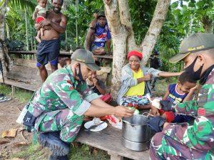 HUT Ke-41 Dekranas, Prajurit TNI Ajarkan Mama-Mama Cara Membuat Kue Tradisional di Papua