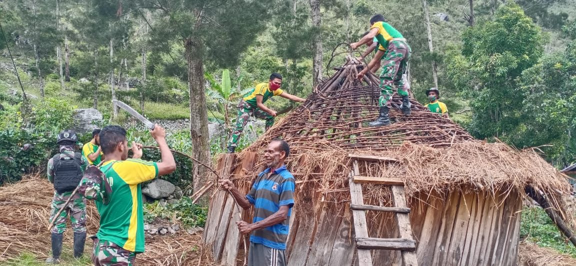 Satgas Yonif PR 432 Kostrad Bantu Perbaiki Rumah Honai Warga