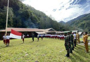 Satgas Yonif 756 Latihkan Upacara Penaikan Bendera Di Sekolahan Papua
