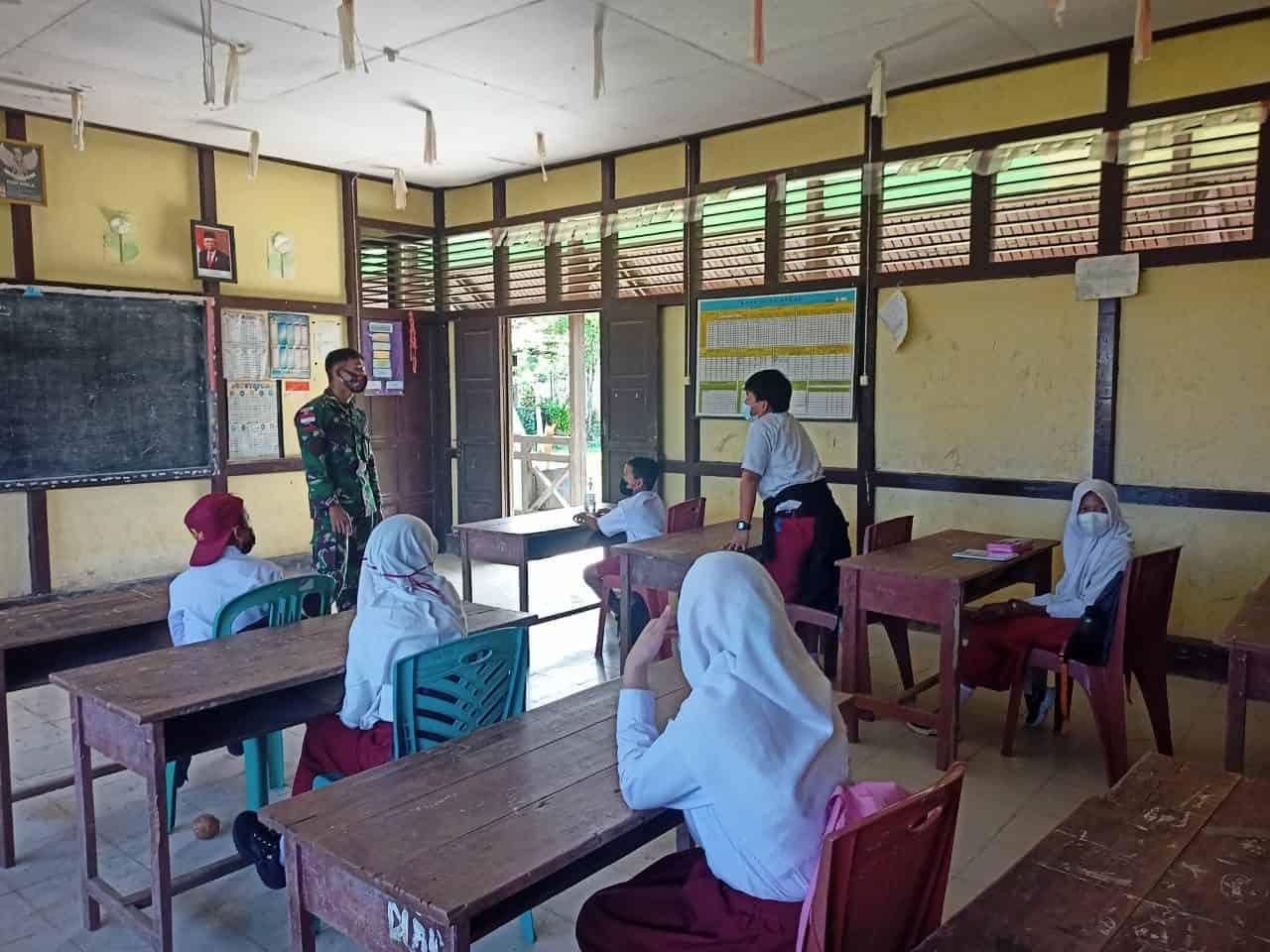 Satgas Yonif 642 Bantu Proses Belajar Mengajar SD Perbatasan