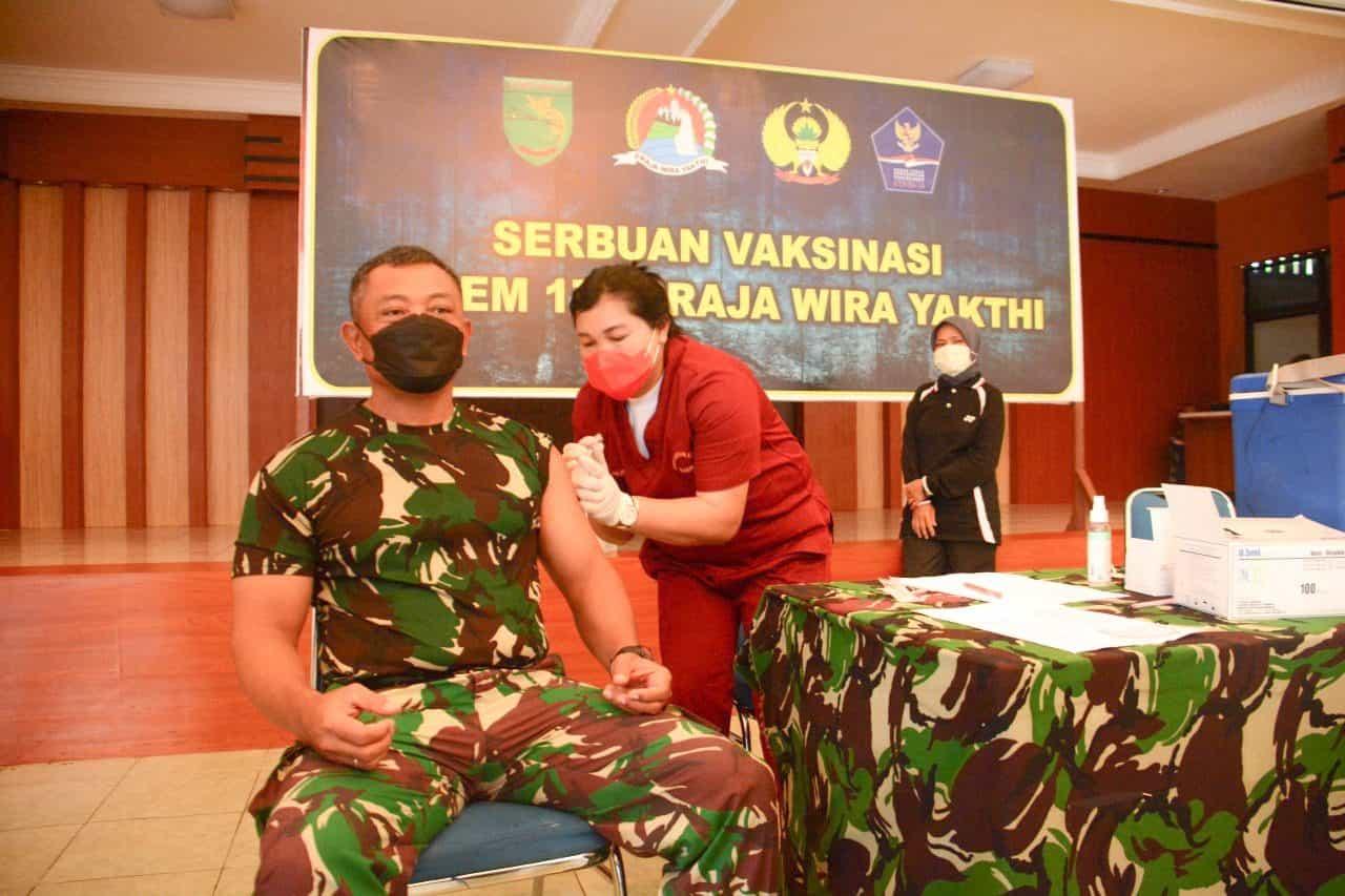 Prajurit TNI dan PNS Korem 172/PWY Mendapat Vaksinasi Tahap Dua