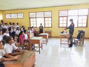 Tanamkan Rasa Cinta Tanah Air, Satgas Yonarmed 6/3 Beri Materi Bela Negara SMP Perbatasan