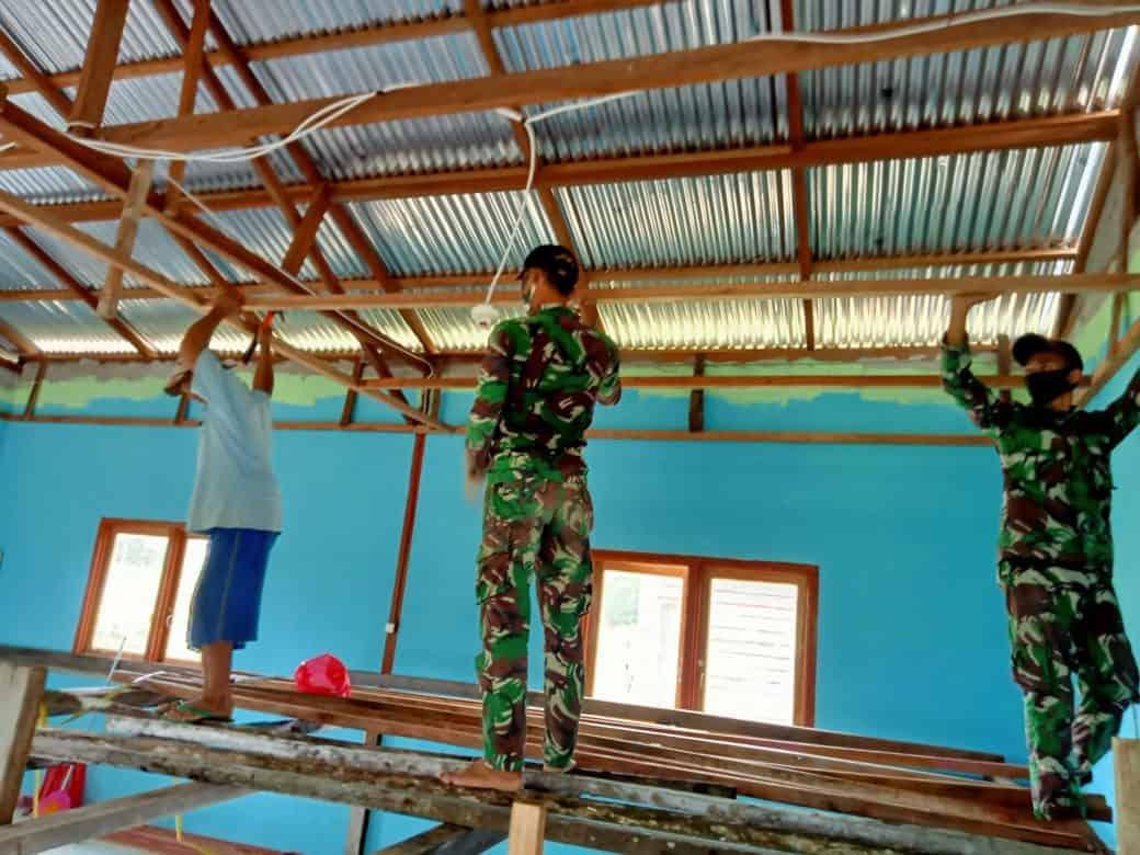 Satgas Pamtas Yonif 407/PK Renovasi Balai Dusun Bersama Masyarakat