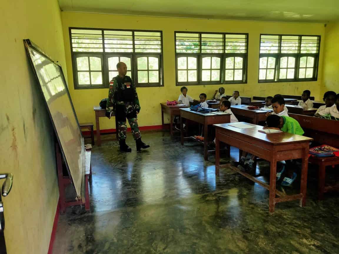 Personel Satgas Yonif 512/QY Jadi Guru di Papua
