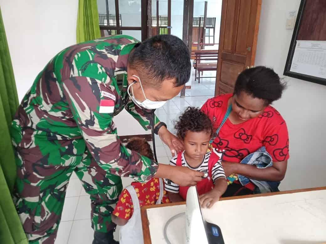 Jamin Kesehatan Warga Perbatasan, Satgas Yonif 403/WP Bantu Yankes